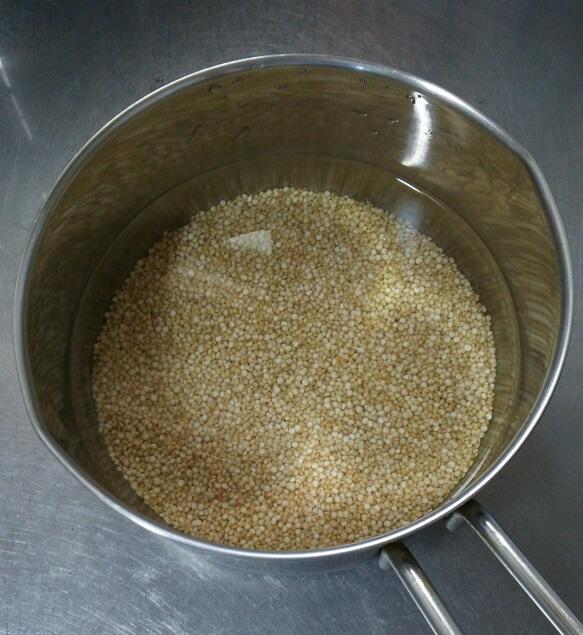 キヌアミルク材料鍋に入れる