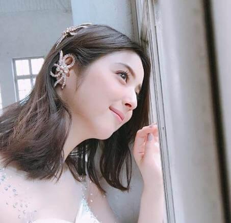 窓を覗き込む佐々木希